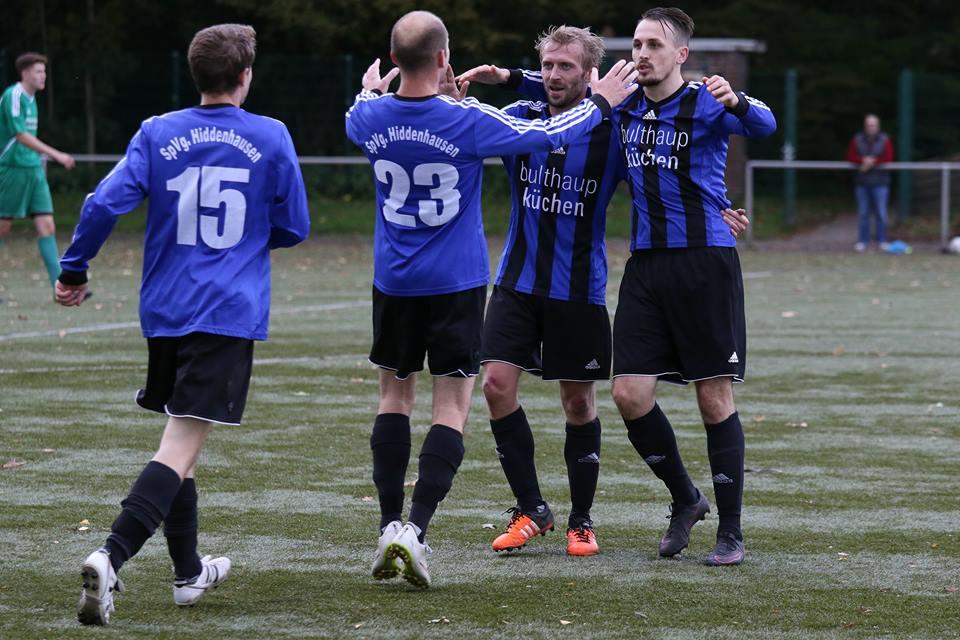 Jubel: Marcel Müller, Matthias Wichmann, Eduard Reh und Juri Richter (v.l.) feiern den 3:2-Erfolg beim Bünder SV. Foto: Jens Göbel