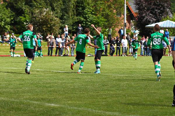 Jubel: Die SG Bustedt II freut sich auf der Lippinghauser Alm über den Aufstieg in die Kreisliga B - hätte aber wohl nicht spielen müssen. Foto: Yvonne Gottschlich