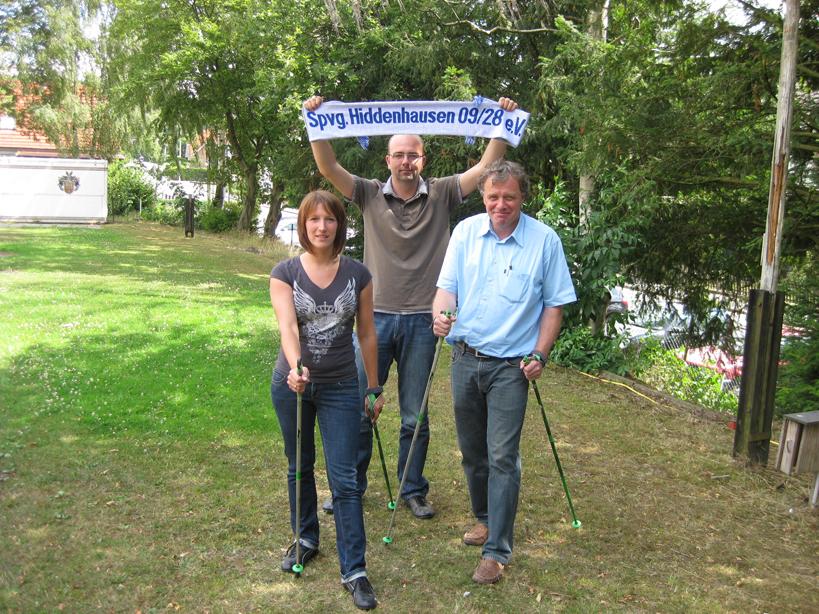 Unter dem Dach der Spvg. Hiddenhausen: Chantal Linke zeigt dem 1. Vorsitzenden Frank Aufderheide (r.) die ersten Schritte im Nordic Walking.