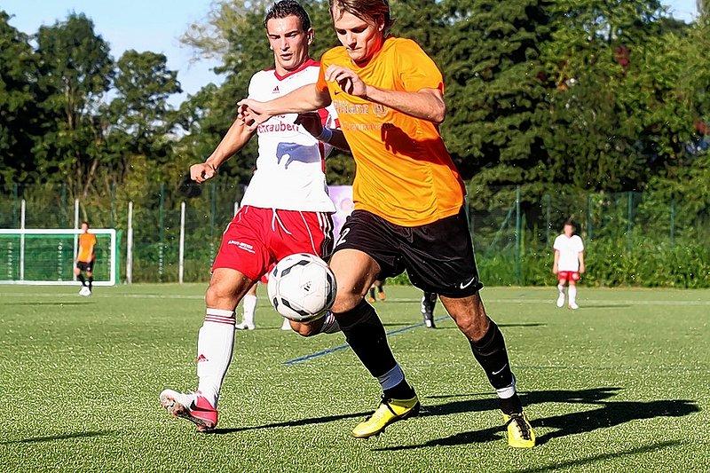 Neuer Mann: Dominic Buchholz (l., hier noch im Trikot vom FC RW Kirchlengern) spielt ab sofort für die Spvg. Hiddenhausen. Foto: Neue Westfälische