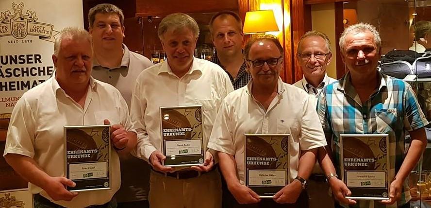 Ausgezeichnet: Frank Budde (3.v.l.) erhielt in der Herforder Brauerei den Ehrenamtspreis des FLVW Kreis Herford.