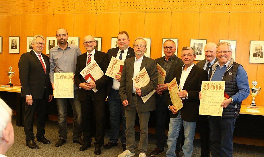 Ehrung: Lars Fege (2.v.l.) wurde vom Kreissportbund Herford für sein ehrenamtliches Engagement ausgezeichnet. Die Urkunde wurde von Landrat Jürgen Müller (l.) überreicht. Foto: Yvonne Gottschlich