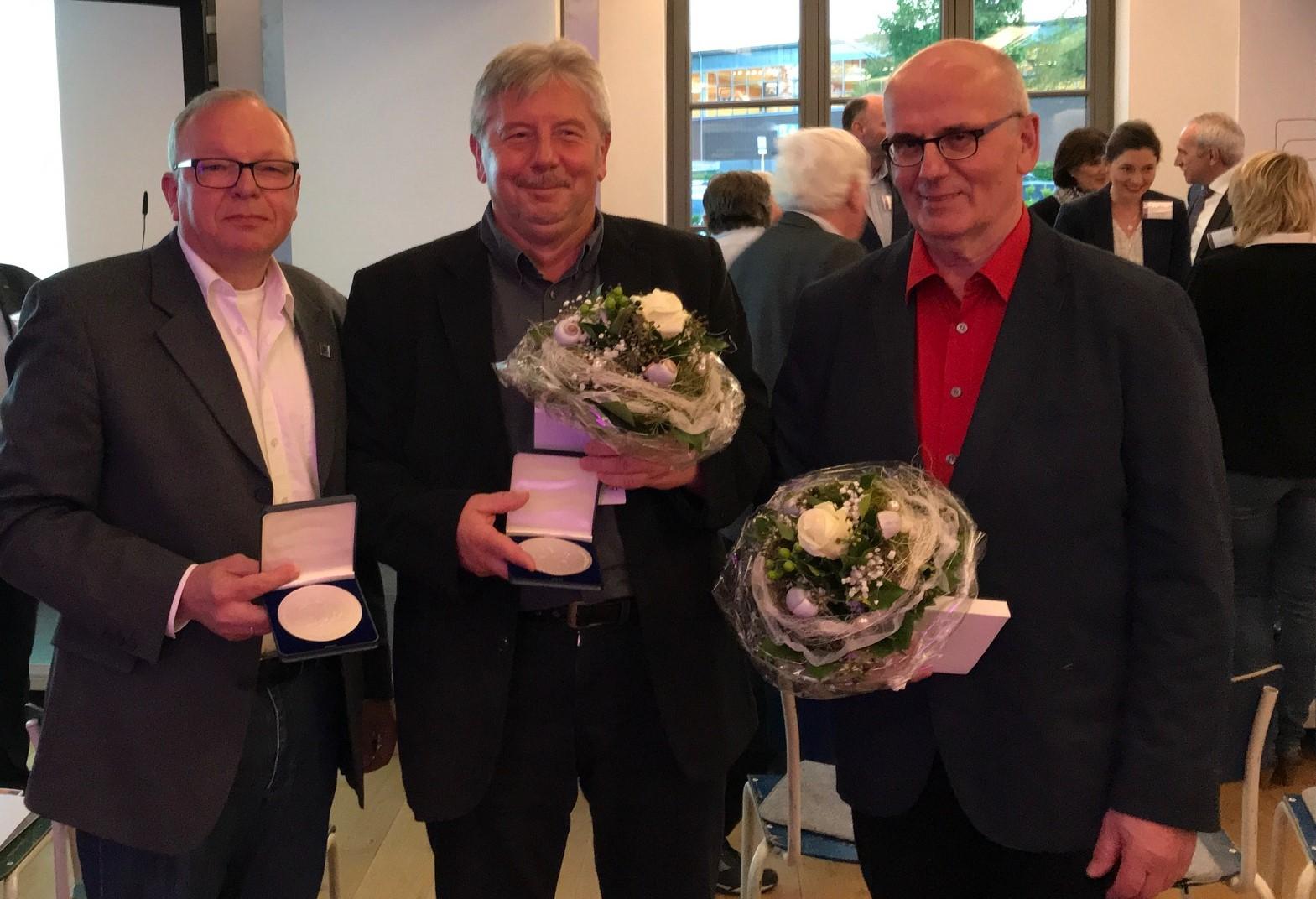Ehrung: Manfred Priebe (l.) war einer von insgesamt drei Ehrenamtlichen, die vom Kreissportbund Herford für ihre Verdienste ausgezeichnet wurden.