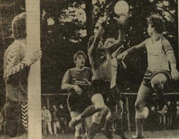 Spielername richtig, aber kein Tor: Hiddenhausens Kapitän Klaus Schuppenat (im Vordergrund) verpast im Spiel gegen den TSV Detmold den Ball. Die Frage, ob der Treffer gezählt hätte muss daher unbeantwortet bleiben.