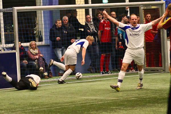 Wieder Grund zur Freude?: Matthias Wichmann (vorne) und Tim Tomoschat, der im Hintergrund gerade den 2:1-Siegtreffer gegen den SV Löhne-Obernbeck erzielt, wollen auch in der Endrunde wieder jubeln.