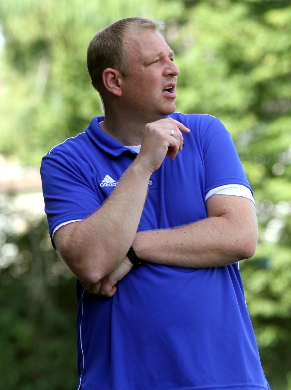 Grübelt: Trainer Marco Priebe erwartet beim Gastspiel in Kirchlengern einen verstärkten Gegner.