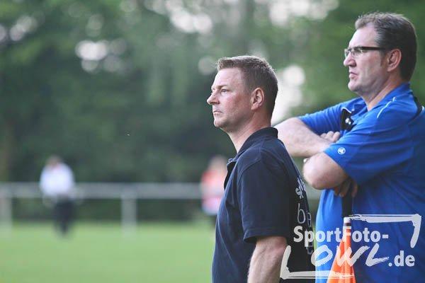 Blick nach vorne: Renè Hahne (l.), hier mit Betreuer Karl-Heinz Kufeld, bleibt auch in der Saison 2013/2014 Trainer der Spvg. Hiddenhausen. Foto: Yvonne Gottschlich/sportfoto-owl.de