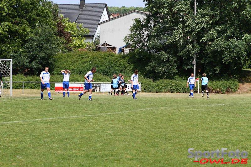 Die Entscheidung: Der TuS Bonneberg bejubelt das gerade erzielte 3:1. Tim Feld, Deno Gaida, Matthias Möntmann, Gerrit Laeube und Jörg Düsterhöft (v.l. in den wei�en Trikots) können es nicht fassen.