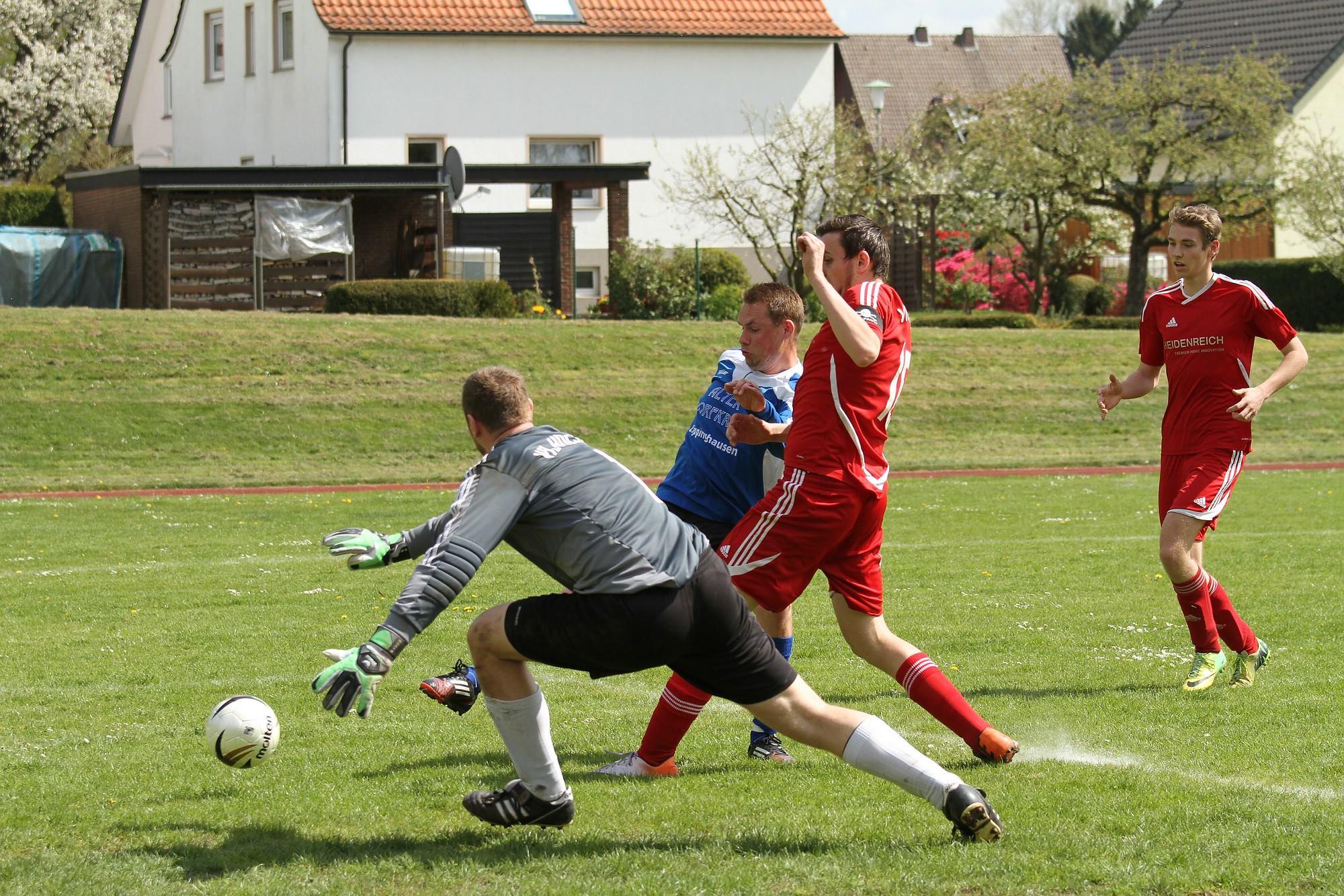 Das zweite Tor: Marcel Höcker (blaues Trikot) schaltet schneller als seine Holsener Widersacher und erzielt den 2:1-Zwischenstand. Foto: Jens Göbel