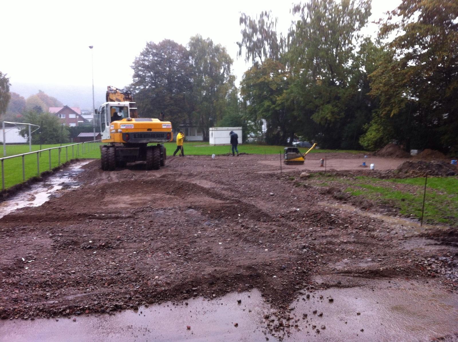 Der erste Schritt: Die Bauarbeiten am Vereinsheim der Spvg. Hiddenhausen haben begonnen.